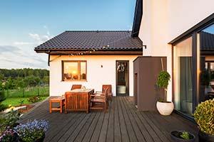 modernes Ferienhaus mit großer Terrasse im Grünen